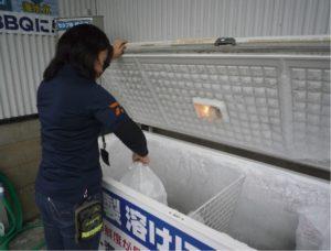 氷の買い方①料金箱にお金を入れてください。(1袋300円)